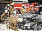 suasana-evakuasi-mobil-terbakar-di-jalan-bina-marga-cipayung-jakarta-timur-1.jpg