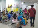 suasana-para-pasien-yang-sedang-menunggu-panggilan-dari-petugas-di-puskemas-kecamatan-menteng.jpg