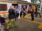 suasana-penumpang-krl-di-stasiun-tanjung-barat_20180129_092242.jpg