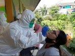 suasana-swab-test-bagi-ibu-hamil-di-rptra-dahlia-kelurahan.jpg