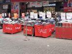 suasana-toko-yang-menjual-pakaian-dijual-dengan-diskon-harga-75-persen.jpg