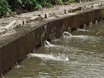 tanggul-bocor-di-sepanjang-kali-angke-menyebabkan-banjir.jpg