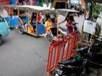 tangkapan-layar-rekaman-cctv-yang-menampilkan-insiden-kecelakaan-kereta-odong.jpg