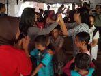 tata-kiri-bersama-sejumlah-rekannya-menghibur-anak-anak-korban-tsunami-a.jpg