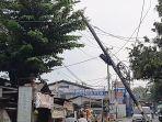 tiang-kabel-utilitas-interter-miring-nyaring-menutup-jalan-raya-mustikasari.jpg
