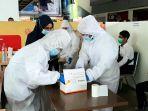 tim-medis-sedang-mempersiapkan-alat.jpg