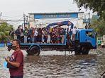 truk-crane-evakuasi-warga-pelabuhan-muara-baru.jpg