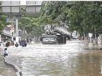 truk-engkel-menerjang-banjir-di-jalan-panjang-kebon-jeruk-1.jpg