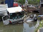truk-trailer-menabrak-mobil-avanza-yang-terparkir-hingga-tercemplung-ke-dalam-kali.jpg