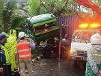 truk-trailer-rem-blong-hingga-menabrak-pohon-dan-pembatas-jalan-di-pintu-keluar-tol-jembatan-tiga-2.jpg