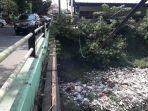 tumpukan-sampah-di-kali-irigasi-24112019.jpg