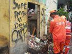 ua-orang-petugas-kebersihan-tengah-menyapu-sampah-di-blok-2-rusun-petamburan.jpg