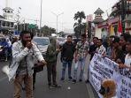 unjuk-rasa-mahasiswa-asal-papua-di-depan-halte-uin-jakarta.jpg
