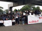 unjuk-rasa-mahasiswa-unindra-di-bawah-flyover-pasar-rebo-1.jpg