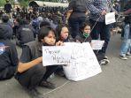 unjuk-rasa-mahasiswa-unindra-di-bawah-flyover-pasar-rebo-2.jpg