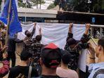 unjuk-rasa-yang-dilakukan-puluhan-warga-di-depan-kantor-pln-unit-induk-distribusi-banten.jpg