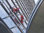 vian-dan-irfan-sedang-membersihkan-kaca-gedung-lavenu-jumat-2492021.jpg
