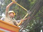 wakil-wali-kota-jakarta-selatan-isnawa-adji-melakukan-pemotongan-kabel.jpg