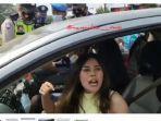 wanita-memarahi-petugas-di-pos-penyekatan-simpang-jls-ciwandan-kota-cilegon.jpg