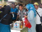 warga-antre-pangan-di-pasar-pondok-labu_20181004_142757.jpg