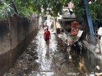 warga-bersihkan-rumah-usai-banjir.jpg