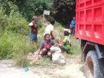 warga-desa-woedoa-nagekeo-mengumpulkan-ubi-hutan-pada-siang-hari.jpg