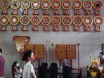 warga-etnis-tionghoa-yang-datang-beribadah-ke-vihara-amurva-bhumi-di-jatinegara.jpg
