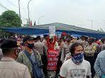 warga-kampung-sawah-rw-011-kelurahan-semper-timur-berunjuk-rasa-di-jalan-raya-cakung-cilincing.jpg