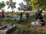 warga-kepulauan-seribu-mulai-meramaikan-tempat-pemakaman-umum.jpg