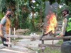 warga-membakar-motor-pencuri-kotak-amal-jawa-tengah-jumat-4122020.jpg