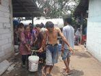warga-rw-06-kelurahan-munjul-saat-mengantre-untuk-mendapatkan-bantuan-air-bersih.jpg