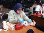warga-saat-mengikuti-kegiatan-donor-darah-yang-dilakukan-pmi-dki-jakarta.jpg
