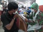 warga-saat-mengikuti-vaksinasi-massal-di-gelanggang-olahraga-gor-ciracas-kecamatan-ciracas.jpg