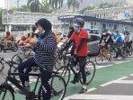 warga-yang-bersepeda-di-sepanjang-jalan-mh-thamrin-jakarta.jpg