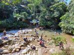 wisatawan-menjelajahi-jalur-trekking-di-kawasan-wisata-air-leuwi-hejo-1.jpg
