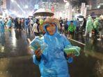 yetno-pedagang-jas-hujan-plastik.jpg