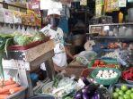 yohanes-pedagang-sayur-di-pasar-bukit.jpg