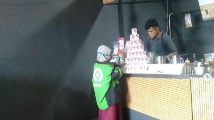 Kisah Sedih Dibalik Foto Bocah SD Berjaket Ojol yang Sedang Ambil Orderan di Kasir