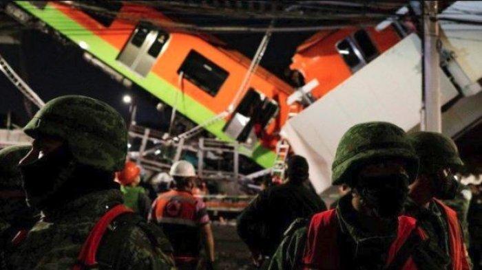 Petugas sedang melakukan evakuasi penumpang kereta korban runtuhnya jembatan rel