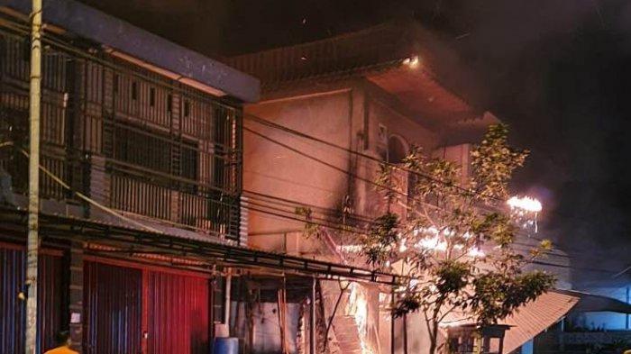 Kawasan Simpang Raya Sungai Penuh Kebakaran, Pertugas dan Warga Berjibaku Padamkan Api