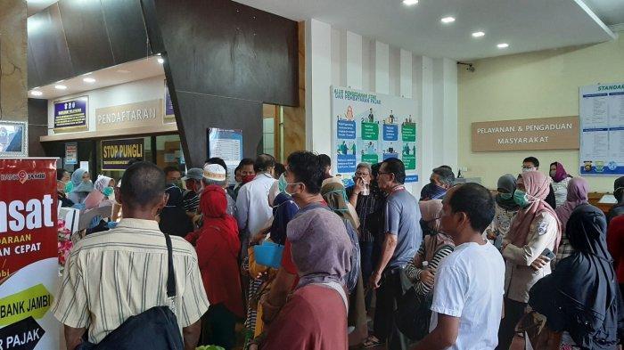 Pelayanan Kembali Dibuka, Samsat Kota Jambi Diserbu Ribuan Wajib Pajak