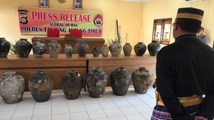 Benda-benda cagar budaya yang ditemukan yang berhasil disita oleh Polres Tanjabtim. Selasa (6/6)  Polres Tanjung Jabung Timur menyerahkan 55 benda yang diduga cagar budaya kepada Pemerintah daerah, dan di titipkan ke Balai Pelestarian Cagar Budaya (BPCB) Provinsi Jambi