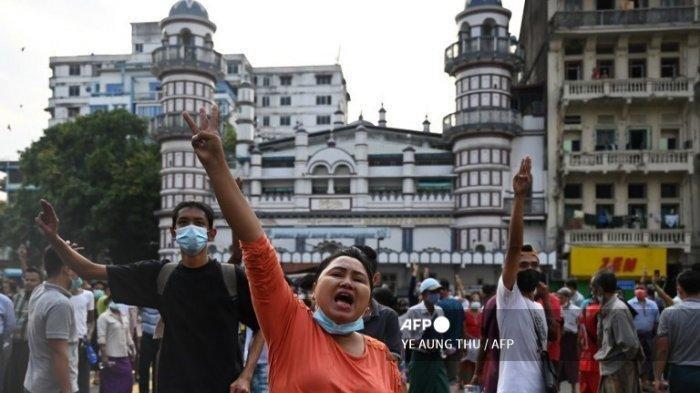 Para pengunjuk rasa memegang salam tiga jari selama demonstrasi menentang kudeta militer di Yangon pada 6 Februari 2021. Puluhan ribu orang turun ke jalan di Myanmar pada hari Sabtu (6/2/2021) dalam demonstrasi besar pertama sejak militer merebut kekuasaan