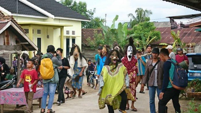 Pawai Topeng, Tradisi di Muaro Jambi Rayakan Lebaran Idul Fitri - Tribun  Jambi