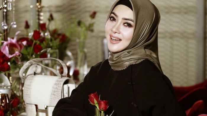 Penampilan Syahrini dalam Balutan Hijab, Tetap Modis Ya!