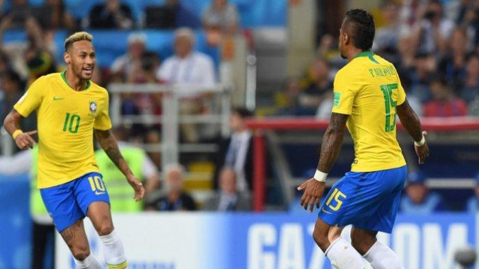 Gelandang Brasil, Paulinho (kanan), merayakan golnya bersama Neymar dalam laga Grup E Piala Dunia 2018 kontra Serbia di Spartak Stadium, Moskow, Rusia pada 27 Juni 2018.
