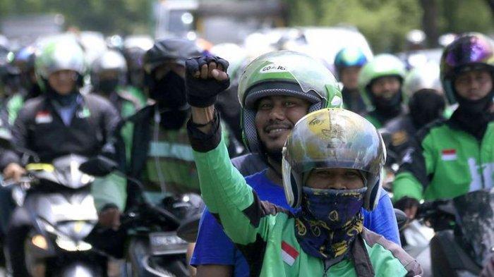 Viral Driver Ojol Ditendang hingga Tersungkur dari Motor,Rumah Pelaku Langsung Dikepung Ratusan Ojek