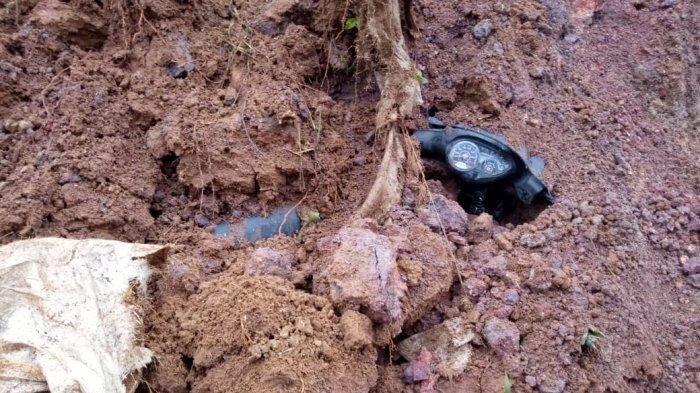 Detik-detik Longsor di Sukanagara Cianjur, Pengendara Motor Hampir Tewas Tertimbun Tanah