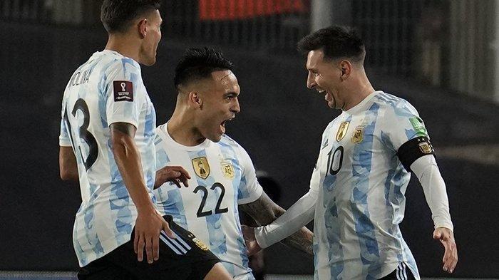 Striker Argentina Lionel Messi (kanan) melakukan selebrasi dengan Lautaro Martinez (tengah) setelah mencetak gol ke gawang Bolivia pada matchday 8 kualifikasi Piala Dunia 2022 Zona Conmebol (Amerika Selatan), Kamis (9/9/2021) malam atau Jumat pagi WIB.