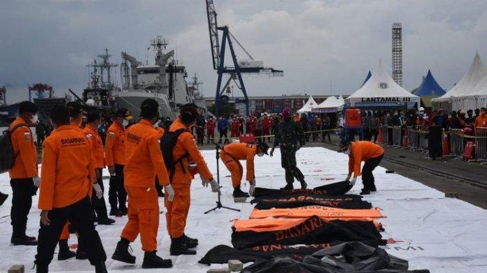Serpihan pesawat Sriwijaya Air SJ 182 dan beberapa potongan tubuh kembali tiba di Posko SAR Terpadu Jakarta International Container Terminal (JICT) 2 Tanjung Priok, Minggu (10/1/2021) siang.